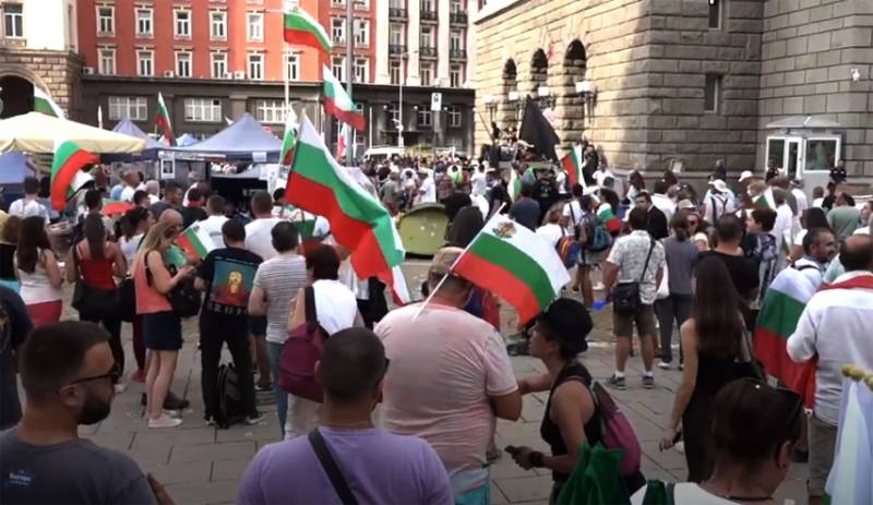 Mass protests in Bulgaria: protesters approached the parliament building