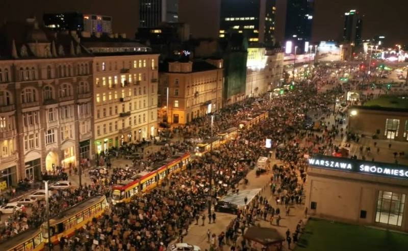 Mass protests in Poland. Shouldn't Alexander Lukashenko recognize their leader as the new Polish president??