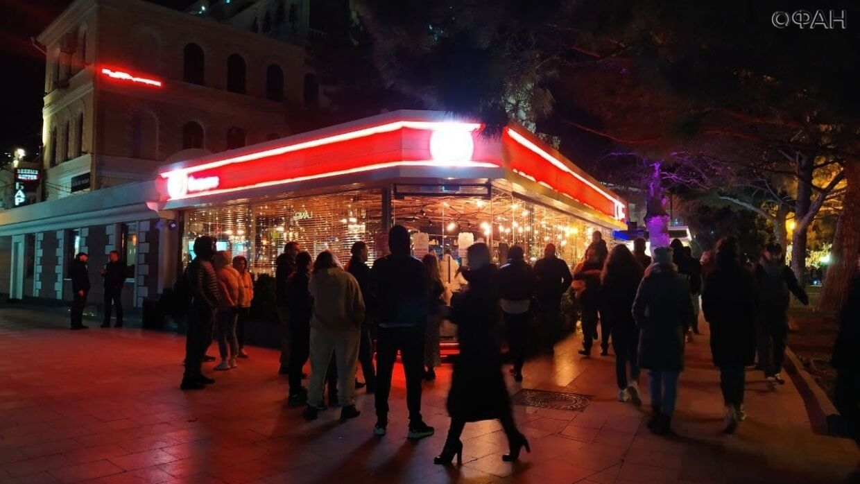Yalta is flooded with tourists: there are no places in the cafe, crowds in the city like in summer