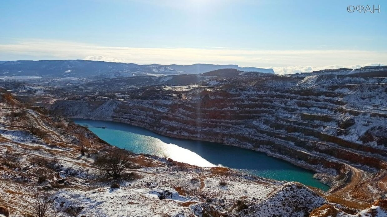 The beauty of a snow-covered quarry was shown in Crimea, which feeds Sevastopol with water